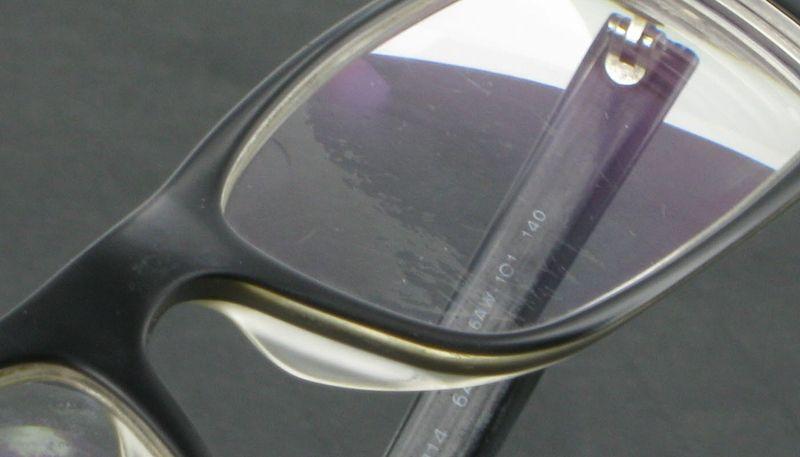 Traitement anti reflet sur verre de lunettes Prada