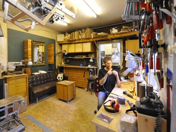 Le créateur des lunettes Herrlicht Andreas Licht dans son atelier
